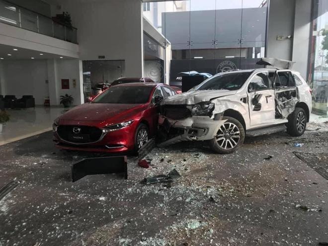 Nữ tài xế lái thử ô tô tông thẳng vào showroom, 1 người tử vong