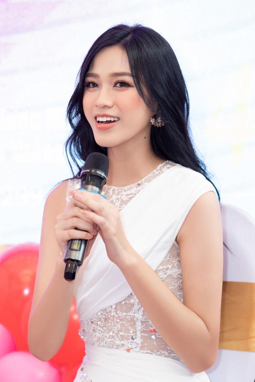 Hoa hậu Đỗ Thị Hà đọ sắc với Trần Tiểu Vy, Thủy Tiên mặc giản dị vẫn xinh đẹp rạng ngời