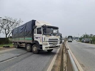 Lái xe tải chắn ngang QL1A rồi bỏ trốn khỏi hiện trường