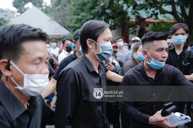 Lễ tang nghệ sĩ Chí Tài: Trường Giang suy sụp, NS Hoài Linh buồn bã trước linh cữu