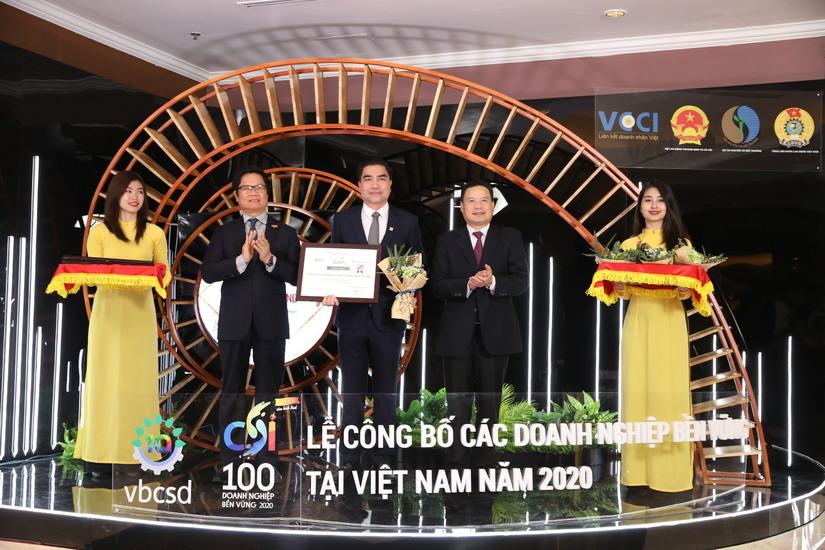 Ông Trần Tam – Chủ tịch HĐQT Phuc Khang Corporation nhận bằng khen TOP 100 Doanh nghiệp bền vững 2020
