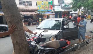 'Ô tô điên' tông hàng loạt xe máy, 2 cô gái nhập viện