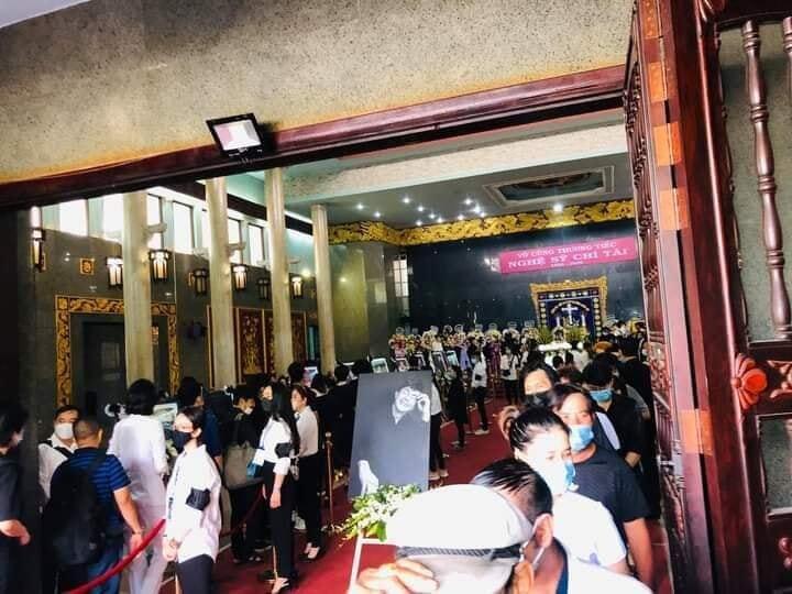 Những câu chuyện xúc động trong tang lễ của cố nghệ sĩ Chí Tài.1