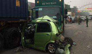 Xe thư báo húc 2 ô tô dừng chờ đèn đỏ, 1 nữ tài xế nhập viện cấp cứu