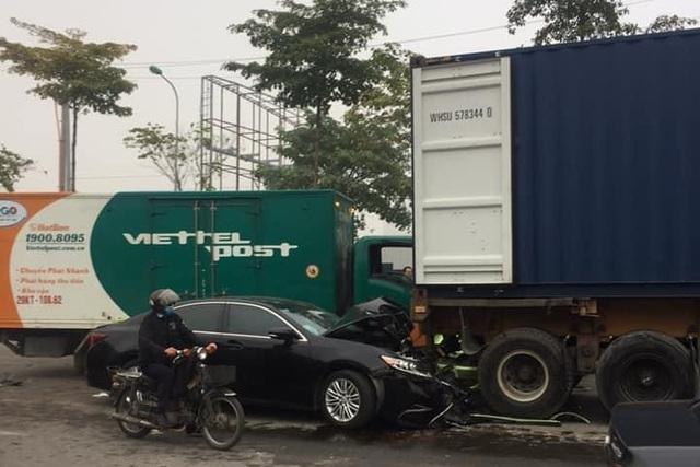 Xe thư báo húc 2 ô tô dừng chờ đèn đỏ, 1 nữ tài xế gặp nạn