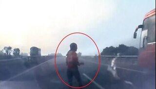 Ô tô đâm văng người phụ nữ lao sang đường cao tốc để bắt xe khách