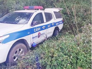 Tài xế say xỉn điều khiển ô tô tông xe của CSGT xuống vệ đường