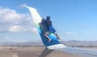 Người đàn ông bất ngờ trèo lên ôm cánh máy bay sắp cất cánh