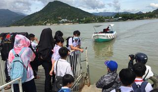 Nha Trang: Cầu gỗ bị cuốn trôi, hơn 200 học sinh xã Vĩnh Ngọc phải tạm đi đò đến trường