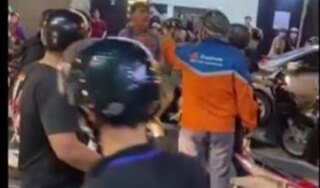 Đứng giữa đường 'cà khịa' người đi xe máy, nam thanh niên bị đánh túi bụi