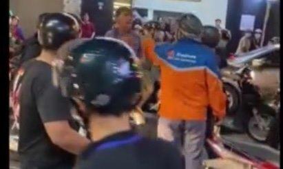 Đứng giữa đường cà khịa xe máy đang lưu thông, nam thanh niên bị đánh túi bụi