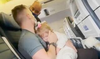 Bị đuổi xuống máy bay vì con gái 2 tuổi không chịu đeo khẩu trang