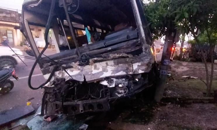 Xe chở hơn 30 công nhân nát đầu sau cú tông vào đuôi xe tải.2