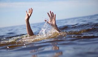Phát hiện bé 2 tuổi nằm bất động, nổi trên mặt nước ở ao gần nhà