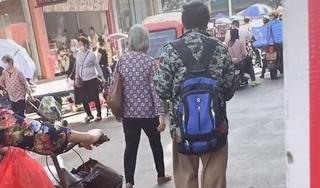 Người đàn ông dắt 'thú cưng' đi dạo trên phố khiến người đi đường phải hoảng hốt