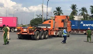 Tin tức tai nạn giao thông ngày 16/12: Xe container cán nát xe máy, kéo lê cô gái giữa vòng xoay