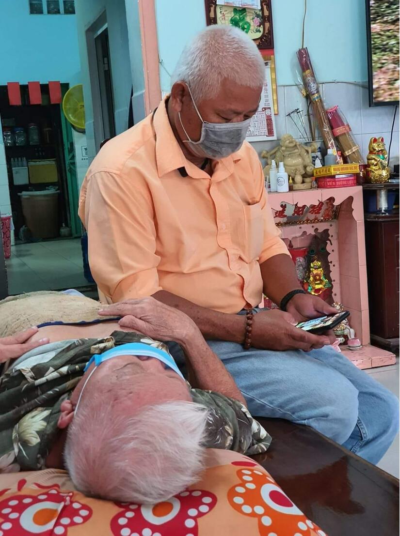 Xúc động câu chuyện người con 70 tuổi đưa cha già 90 tuổi đi khám bệnh