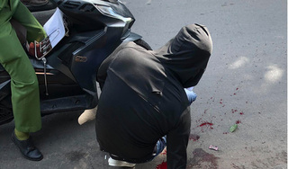 Kinh hãi thanh niên bị đuổi chém gần lìa cánh tay ngay giữa phố