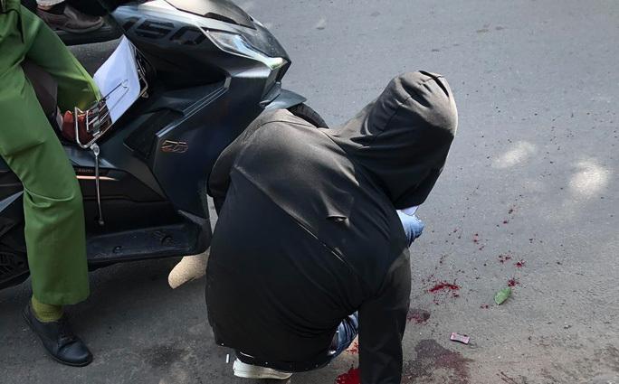 Kinh hãi thanh niên bị đuổi chém gần lìa cánh tay ngay giữa đường phố