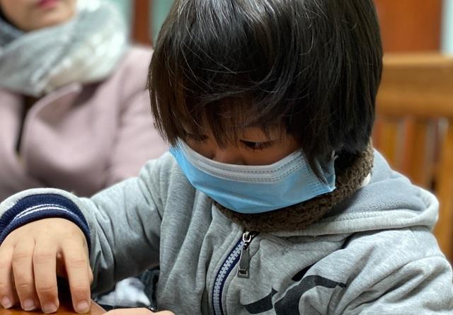 Bé gái tí hon ở Thái Bình hơn 9 tuổi chỉ nặng 9 kg, cao 79 cm