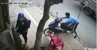 Dắt xe máy giúp người phụ nữ, bảo vệ gặp nạn 'khó đỡ'