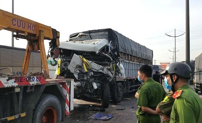 Xe tải tông xe đầu kéo, tài xế tử vong trong cabin