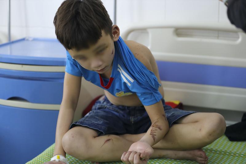 Đàm Vĩnh Hưng giúp bé trai bị chủ quán bánh xèo bạo hành có thể đi học