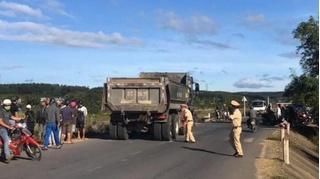 Tin tức tai nạn giao thông ngày 18/12: Ô tô tải chạy lấn làn tông 2 xe máy