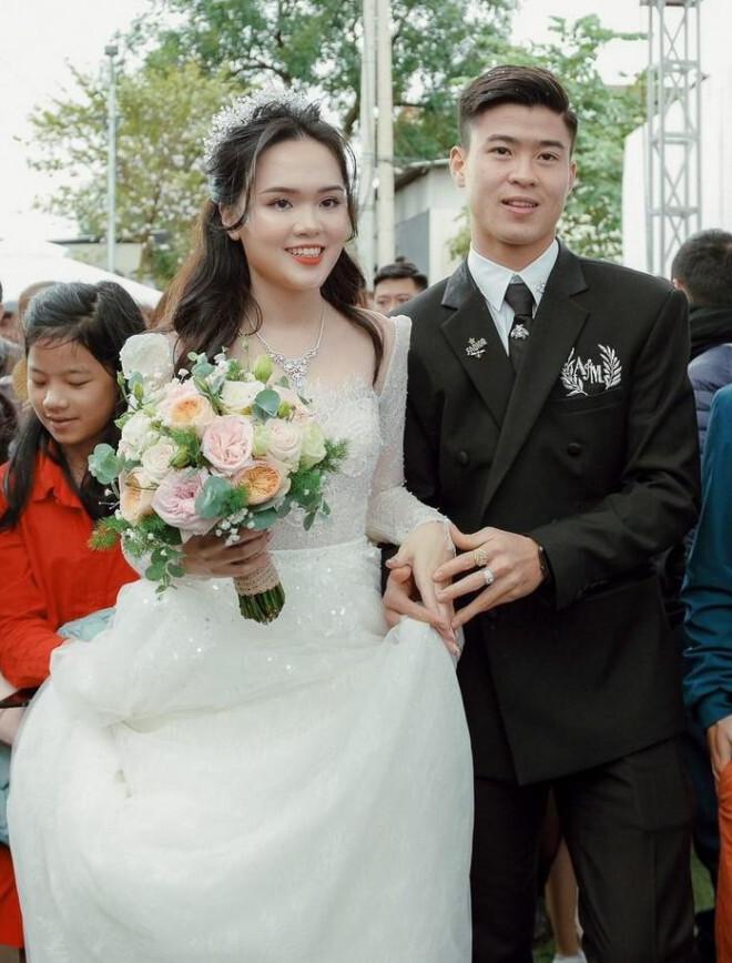 Nhan sắc xinh như mộng vợ các cầu thủ bóng đá Việt Nam