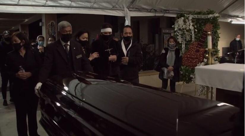 Nghẹn ngào khoảnh khắc vợ cố NS Chí Tài nhìn chồng lần cuối trước khi quan tài đóng lại vĩnh viễn