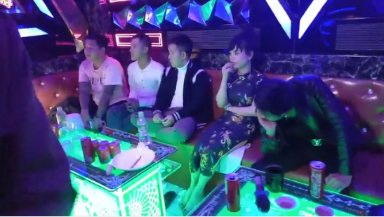 Đột kích quán karaoke lúc nửa đêm, phát hiện 16 nam - nữ mở 'tiệc' ma túy