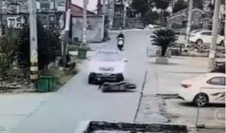 Nam thanh niên đi xe máy bị ô tô cuốn vào gầm và cái kết khó tin