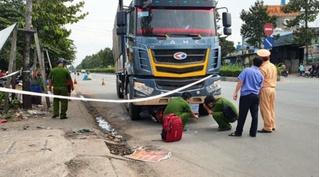 Tin tức tai nạn giao thông ngày 21/12: Ô tô tải cuốn xe máy vào gầm, 1 người tử vong
