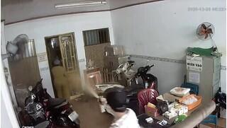 Nhóm côn đồ lao vào nhà dân, xịt hơi cay tấn công cụ già ở TP.HCM
