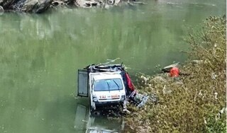Xe tải lao xuống sông ở Nghệ An vì tài xế ngủ gật