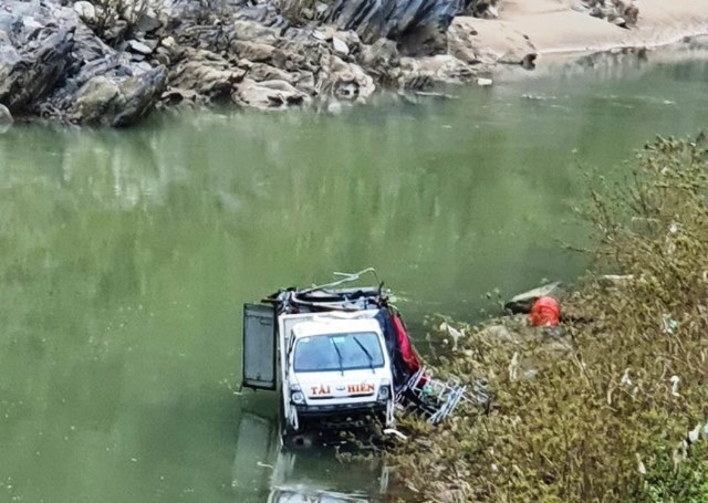 Xe tải lao xuống sông vì tài xế ngủ gật
