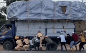 Hồi hộp cảnh lực lượng CSGT và 8 người đàn ông chung sức giải cứu xe tải suýt lật