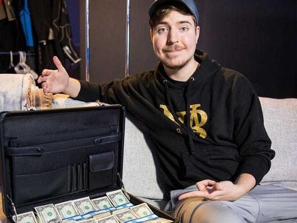 Cậu bé 9 tuổi thành Youtuber kiếm tiền nhiều nhất thế giới năm 2020