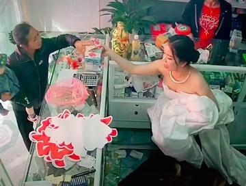 Chuẩn bị lên xe hoa về nhà chồng, cô dâu vẫn đon đả chạy ra bán thuốc cho khách