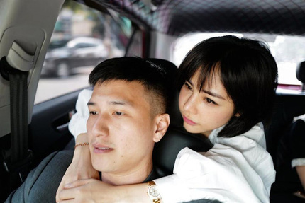 Huỳnh Anh 'nghiện' bạn gái đến mức đòi mang cơm ra tiệm làm tóc ngồi ăn