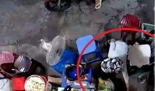 Đi đổ rác, cụ bà bị kẻ xấu nhanh tay 'cuỗm' luôn chiếc túi