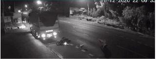 Xe tải lao sang làn ngược chiều húc văng người đàn ông, 'nhấn ga' đè nát xe máy rồi bỏ chạy