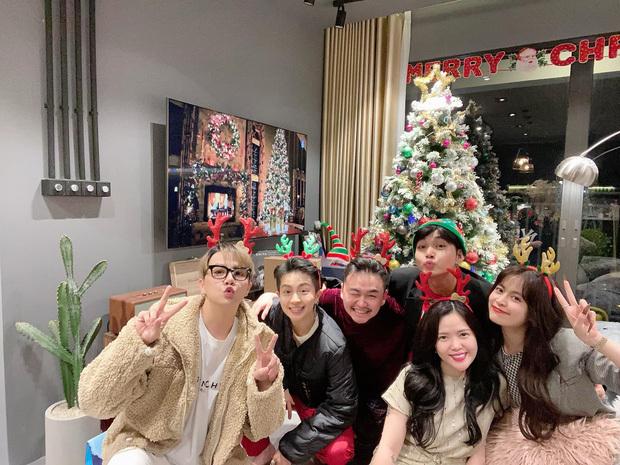 Hoàng Thuỳ Linh - Gil Lê dính nhau như sam khi đón giáng sinh cùng hội bạn