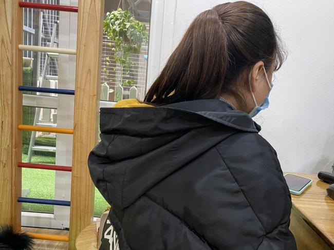 Nữ giáo viên phạt bé trai 3 tuổi đứng ngoài cửa giữa trời giá rét