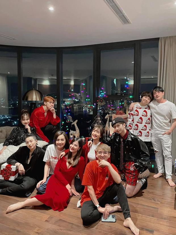 'Gia đình văn hóa' tụ họp đón giáng sinh, nhan sắc 'gái một con' Đông Nhi chiếm trọn spotlight