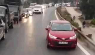 Chạy lấn làn, xe con bị xe container ép đi lùi hàng trăm mét