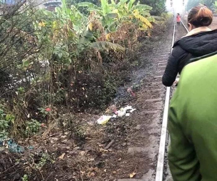 Bàng hoàng phát hiện thi thể bé trai đang phân hủy cạnh đường ray tàu hoả