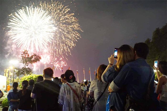 Đây là những địa điểm bắn và ngắm pháo hoa Tết Dương lịch cực đẹp tại Hà Nội.1