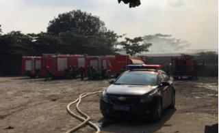 TP.HCM: Cháy xưởng gỗ rộng hàng trăm m2, công nhân hốt hoảng tháo chạy