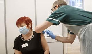 Giới siêu giàu Anh cuống cuồng chi tiền để được tiêm vắc-xin Covid-19